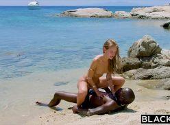 Sexo na praia com novinha sentando na vara do negão
