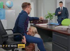 Secretária fodendo gostoso com chefe na sala dele e chega visitas